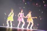 『AKB48 2013真夏のドームツアー』大阪公演の模様(左から島崎遥香、松井珠理奈、渡辺美優紀) (C)AKS