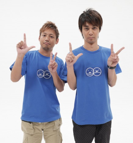 ORANGE RANGEのNAOTO&HIROKIが新ユニットNaotoHiroki&Karatesystemsを結成(左HIROKI、右NAOTOがLOVE&ピースのポーズ)