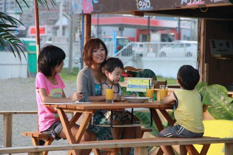海の家を切り盛りする子沢山のシングルマザー役を演じた美奈子