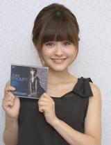 2ndシングル「PROMPT」を手に笑顔