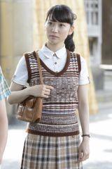 柄物のベストにわざと柄物のスカートやシャツを合わせる昭和ルックもお似合いの大島優子(C)関西テレビ
