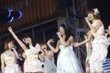 大島優子(左から2番目)は号泣しながらも秋元才加を見送った(C)AKS