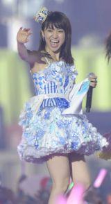 大島優子は小嶋陽菜の名前入りタオルをもって満面の笑み(撮影:鈴木かずなり)