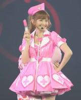 「ハート型ウイルス」をピンクのナース姿で歌った小嶋陽菜(撮影:鈴木かずなり)