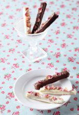 新発売のスティックラスク『薔薇ホワイトチョコ・ミルクチョコ』