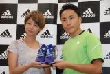 昨年、ホノルルマラソンを完走したフェンシングの太田雄貴選手から刺繍入りシューズがプレゼントされた (C)ORICON NewS inc.