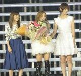 初期メンバーでOGの前田敦子、篠田麻里子がサプライズ来場し、板野友美の門出を祝った