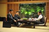 『半沢直樹』第6話より。大和田常務(右・香川照之)、岸川部長(左2・森田順平)と会食をする半沢(左・堺雅人)(C)TBS