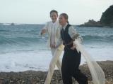 砂浜では「マフィア」をテーマに、ケンカしたマフィアのカップルを演じる土屋&冨永ペア(C)テレビ朝日