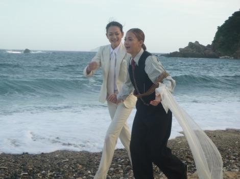 無人島でファッションショーを楽しむ土屋アンナと冨永愛(C)テレビ朝日