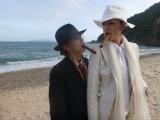 テーマは「マフィア」。無人島でファッションショーを楽しむ土屋アンナと冨永愛(C)テレビ朝日
