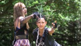 テーマは「パンクロック娘」。無人島でファッションショーを楽しむ土屋アンナと冨永愛(C)テレビ朝日