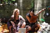 無人島でファッションショーを楽しむ土屋アンナと冨永愛(メイク中)(C)テレビ朝日