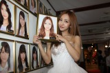 AKB48の象徴的メンバーの一人だった板野友美がAKB48劇場の壁掛け写真を外して卒業した(C)AKS