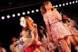 卒業公演のラストに河西智美(右)が花束をもって登場し、板野友美は驚きながらも歓喜した (C)AKS