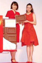 鮮やかな赤のドレスで登場した(左から)長澤まさみ、武井咲=ロッテ・ガーナ『チョコびらき 宣言セレモニー』 (C)ORICON NewS inc.