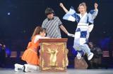 連続選抜記録が途絶え、がっくりする小嶋陽菜(左)(撮影:2012年9月) (C)AKS
