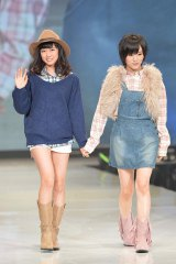 『神戸コレクション 2013 A/W』に出演したNMB48・渡辺美優紀と山本彩