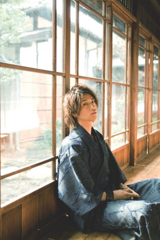 『きもの男子』(幻冬舎刊)できもの姿を披露している斎藤工