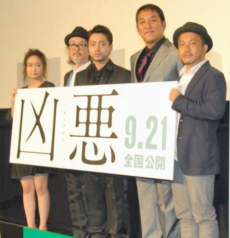 (左から)池脇千鶴、リリー・フランキー、山田孝之、ピエール瀧、白岩和彌監督 (C)ORICON NewS inc.