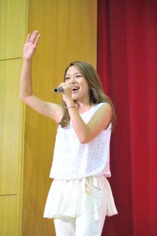 今井絵理子が母校の始業式でサプライズライブ