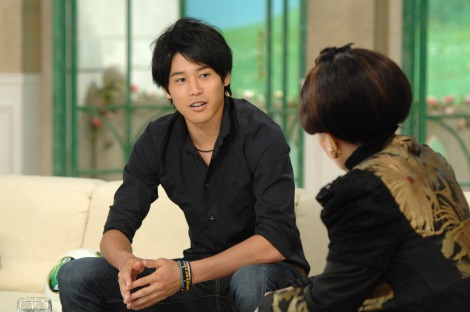 初対面の二人だが、思いのほか会話が弾んで…=9月10日放送の『徹子の部屋』ゲストはサッカー日本代表の内田篤人(C)テレビ朝日
