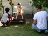 初体験に緊張気味な四女・都美さん… カメラマンは野澤氏が担当