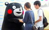 笑顔で握手に応じる2011年グランプリ・くまモン