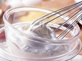 ポッカサッポロフード&ビバレッジによると、ホイップクリーム作りにレモン果汁を加えることで、泡立ての時間が短縮できるという
