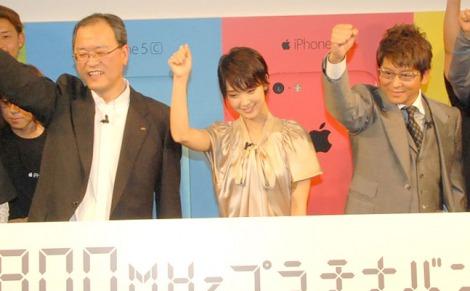 『iPhone5s、iPhone5c発売イベント』に出席した(左から)田中孝司氏、剛力彩芽、哀川翔 (C)ORICON NewS inc.