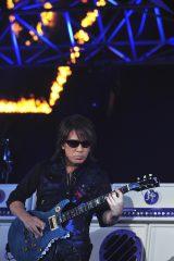 卓越したギター演奏を披露した松本孝弘