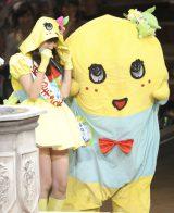 じゃんけん大会で敗れた小嶋陽菜(左)とふなっしー(撮影:鈴木かずなり)