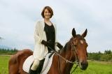 自前の鞍にまたがり、乗馬姿も様になっている大門未知子(米倉涼子)(C)テレビ朝日