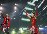 パフォーマーとして最後のライブツアーの舞台に立ったHIRO(右) ATSUSHI(左)も観客を盛り上げる