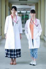 栗山千明(右)と水野美紀(左)が姉妹の医師役で出演=来年1月放送の『チーム・バチスタ4 螺鈿迷宮』(C)関西テレビ