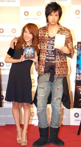妻・川崎希(左)のブランド衣装で登場したアレクサンダー=映画『フリア よみがえり少女』応援団就任記者発表会 (C)ORICON NewS inc.