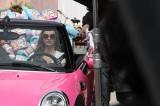 お気に入りのピンク色の特製ミニクーパーに乗って