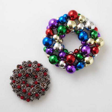 (左)Pinecone Wreath S (税込2200円)/ (右)Bubble Wreath L (税込3800円)