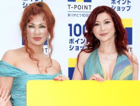 『Tポイント100ポイントショップ』オープニングセレモニーに出席した(左から)叶恭子、叶美香 (C)ORICON NewS inc.