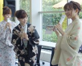 着物姿で新作カレンダーを紹介した(左から)島本真衣アナ、松尾由美子アナ、久冨慶子アナ