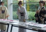 着物姿で新作カレンダーを手渡し販売会を行った(左から)久冨慶子アナ、島本真衣アナ、松尾由美子アナ(C)テレビ朝日