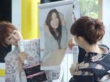 着物姿で新作カレンダーをPR(左から)島本真衣アナ、松尾由美子アナ(C)テレビ朝日