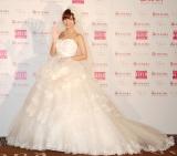 自身がデザインした純白のウェディングドレスで登場した篠田麻里子。フリルであしらわれた大きなハートがポイント=『Love Mary 4th コレクション記者発表会』 (C)ORICON NewS inc.
