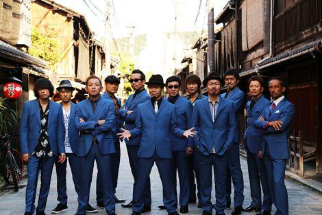 東京スカパラダイスオーケストラが10-FEETの地元・京都を訪れて撮影されたアーティスト写真