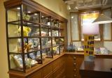 小鳥など動物をあしらったリボンや、新宿店限定のギフトBOXなどを取り扱う2階カウンター