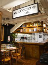 """2階のカフェ「カフェ・ド・オリビエ」 フランスの雑誌や洋書など気軽に読むことができる""""ライブラリー""""風な空間"""