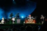 仮装して「眠り姫」を演奏するSEKAI NO OWARI(写真左からSaoriは鳥、Fukaseはドラゴン、DJ LOVEは牛、Nakajinは狼の仮装) Photo by 上飯坂一