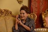 フジテレビ系ドラマ『独身貴族』にレギュラー出演中のデヴィ夫人。衣装はすべて自前です!
