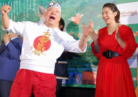 映画『キタキツネ物語 −35周年リニューアル版−』初日舞台あいさつでお得意の気合を注入するアニマル浜口と優しく見守る浜口京子