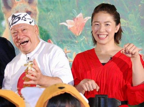 映画『キタキツネ物語 −35周年リニューアル版−』初日舞台あいさつを行ったアニマル浜口・浜口京子父娘